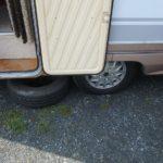 Cestou jsme o pulnoci u Vysokého Mýta (Hrušovany) malinko bouchli kolo. Přezutí v místním servisu za dvě nové gumy + práce 2500,-