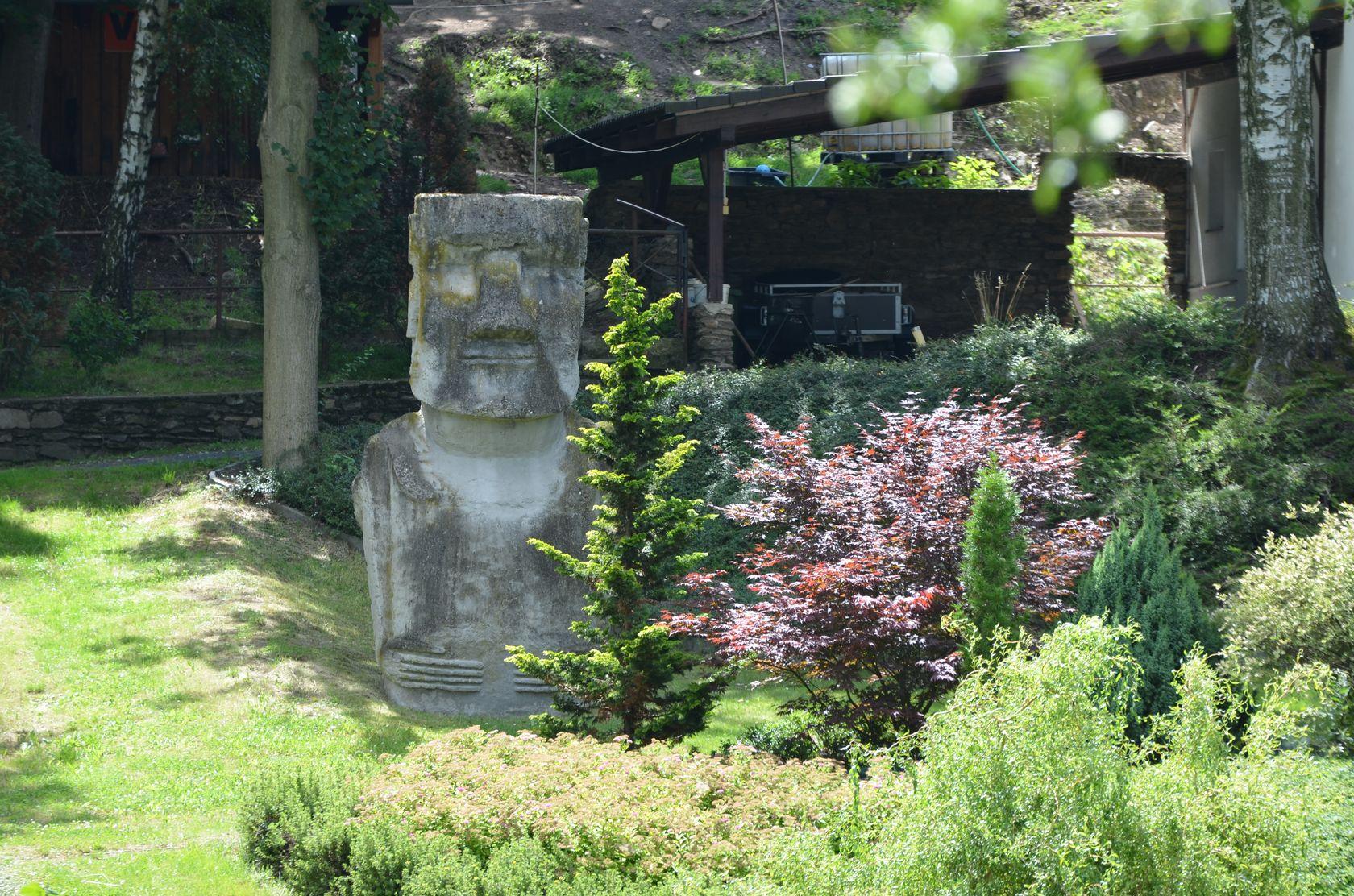 socha MoaMoa na zhradě Pavla Pavla